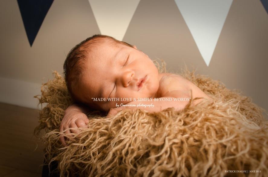 Bébé blanc torse nu endormi sur le ventre sur fourrure beige