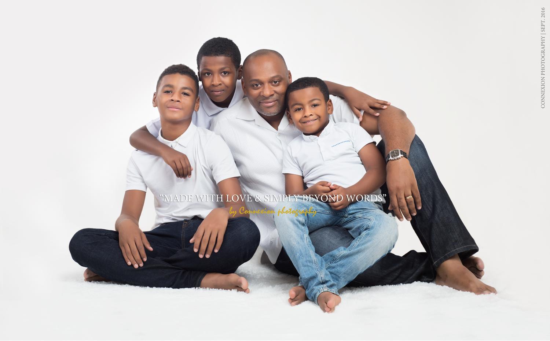 Famille noire père fils assis sol