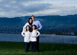 Famille debout au bord d'un lac