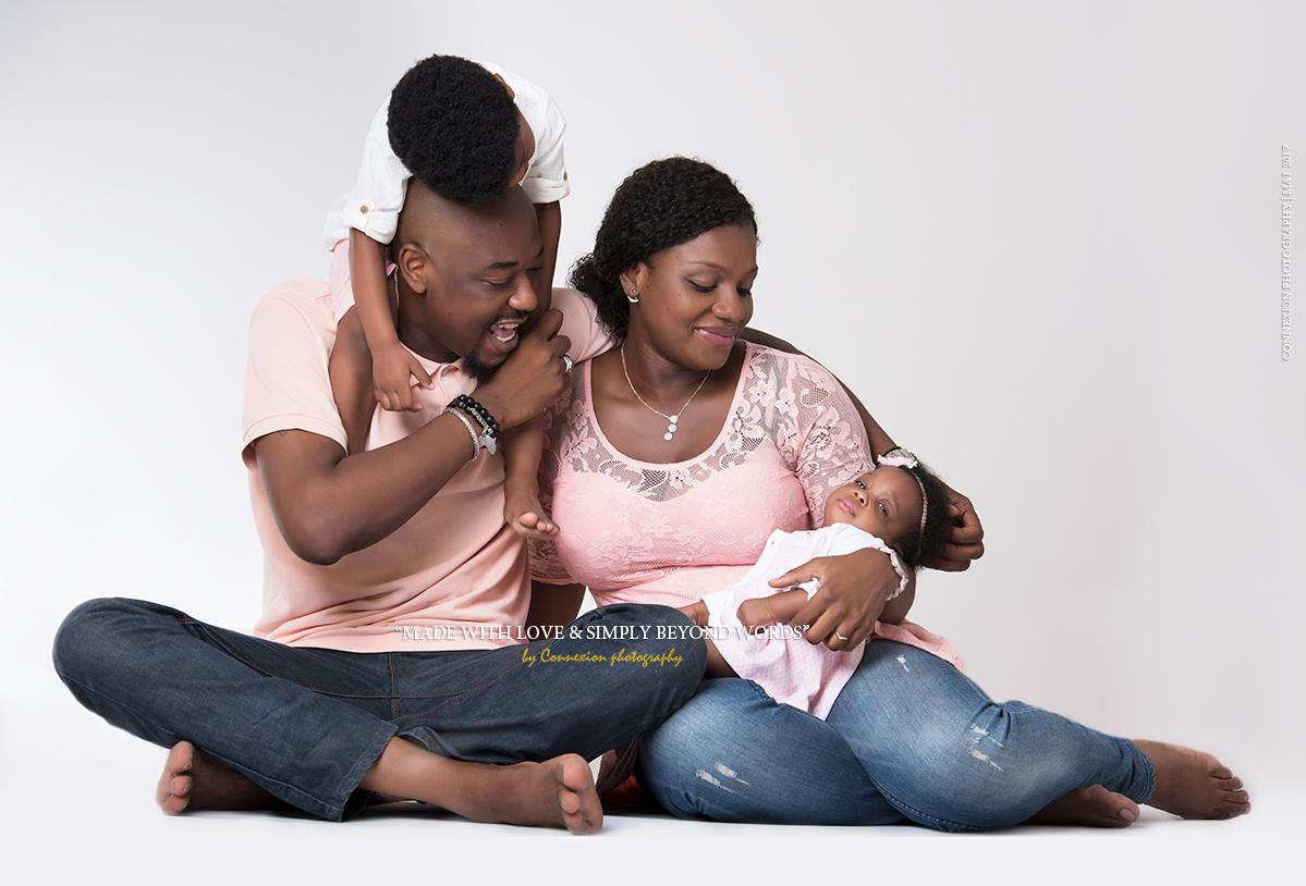 Petite famille de noirs en rose