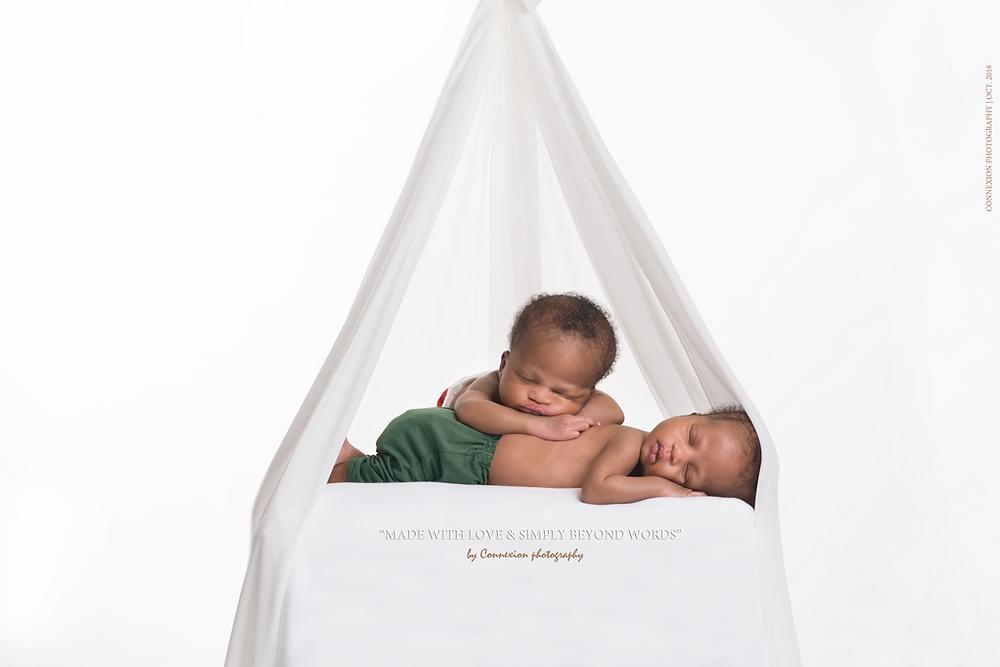 Bébé noirs jumeaux endormis sous une petite hutte