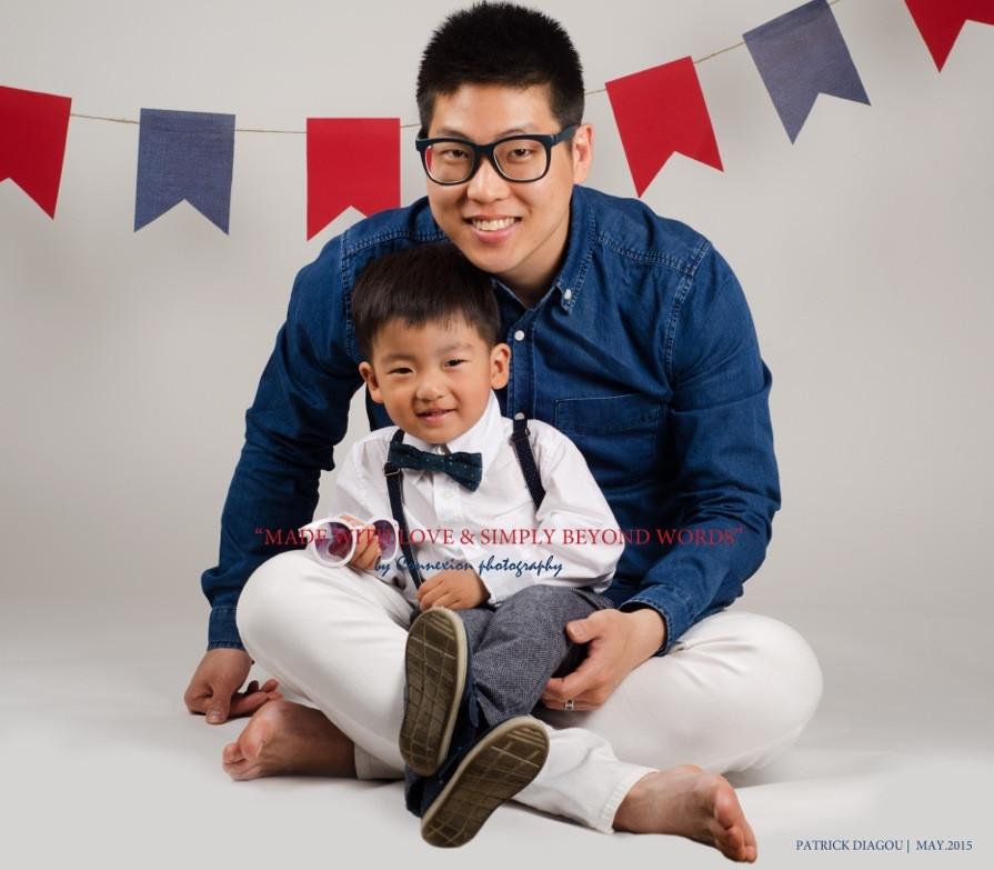 Papa asiatique assis sur le sol son enfant sur ses pieds
