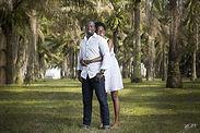 Une jeune fille noire debout dans le dos de son père lui fait un câlin