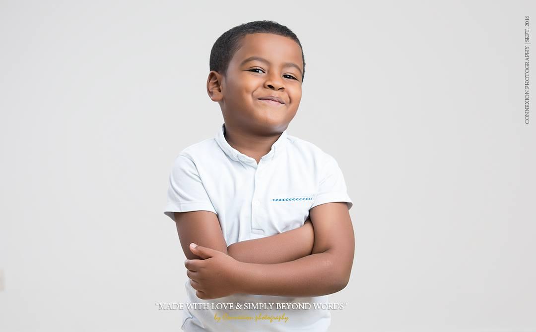 Enfant noir, bras croisés sourit