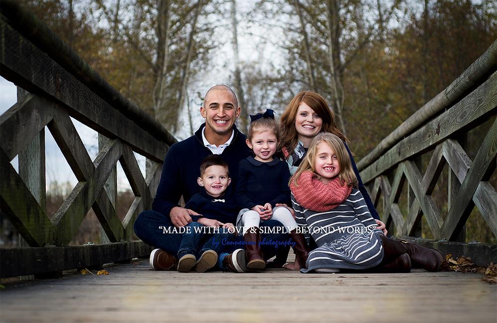 Famille de blancs assis sur un ponton