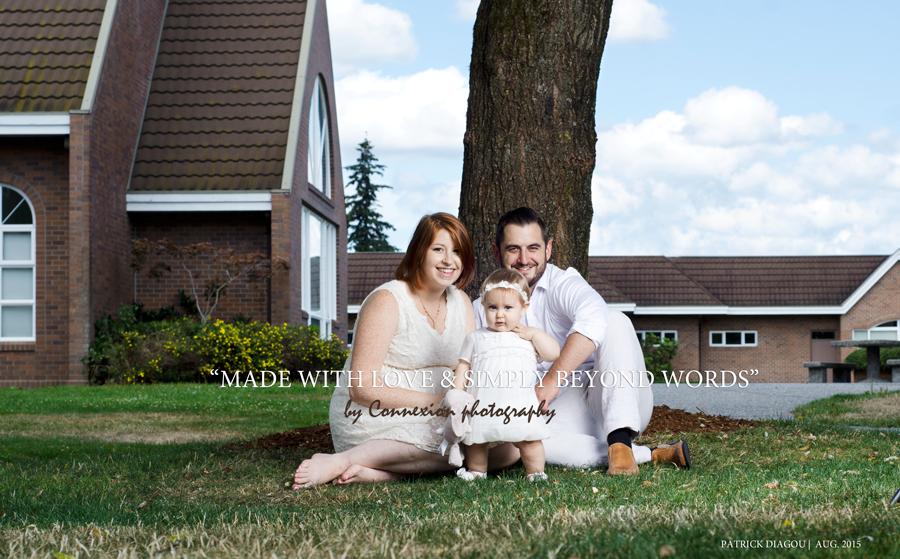Famille assise pelouse devant maison
