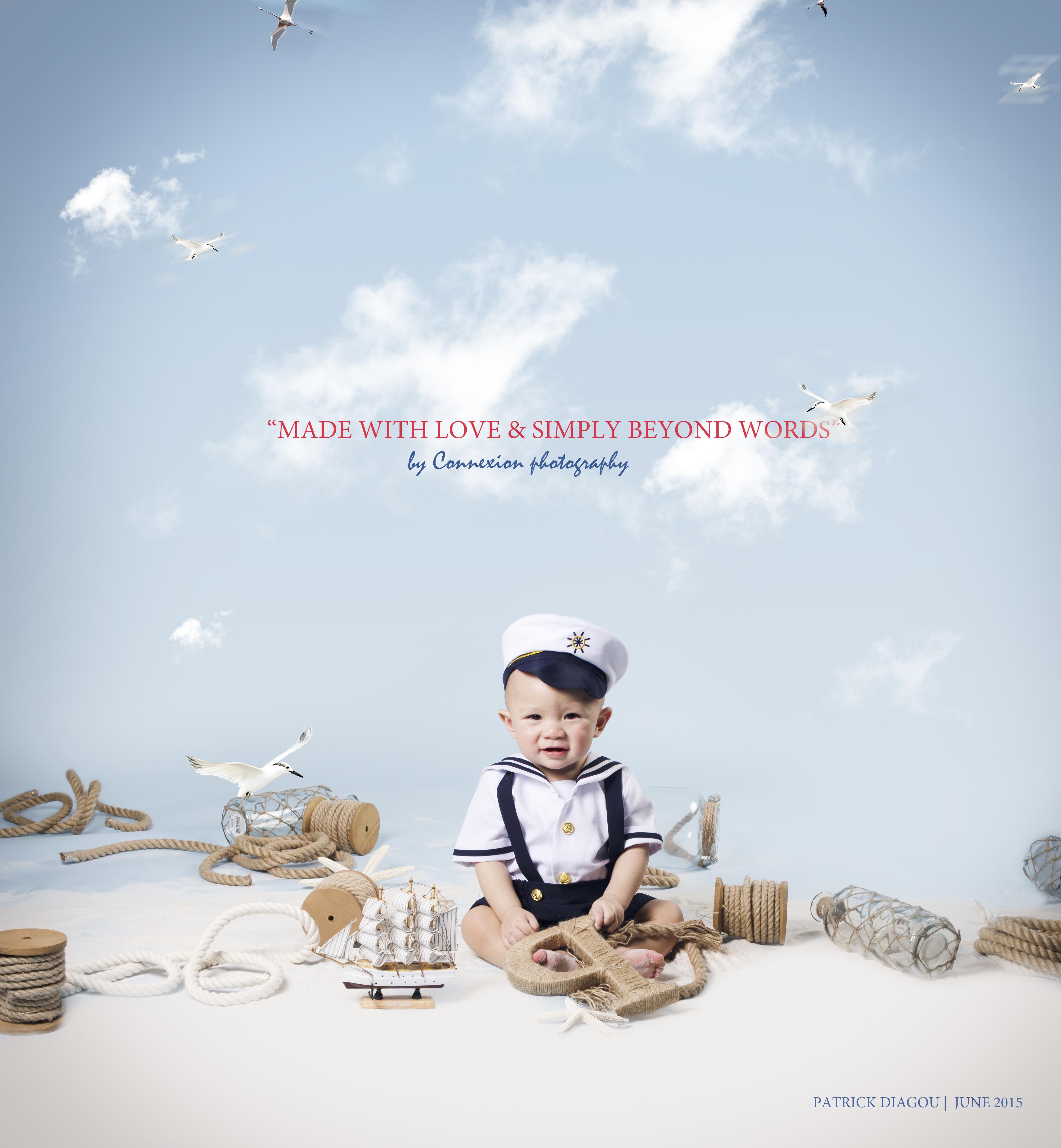 Enfant assis sol en tenue de marin