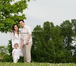 Petite famille chinoise debout dans un parc