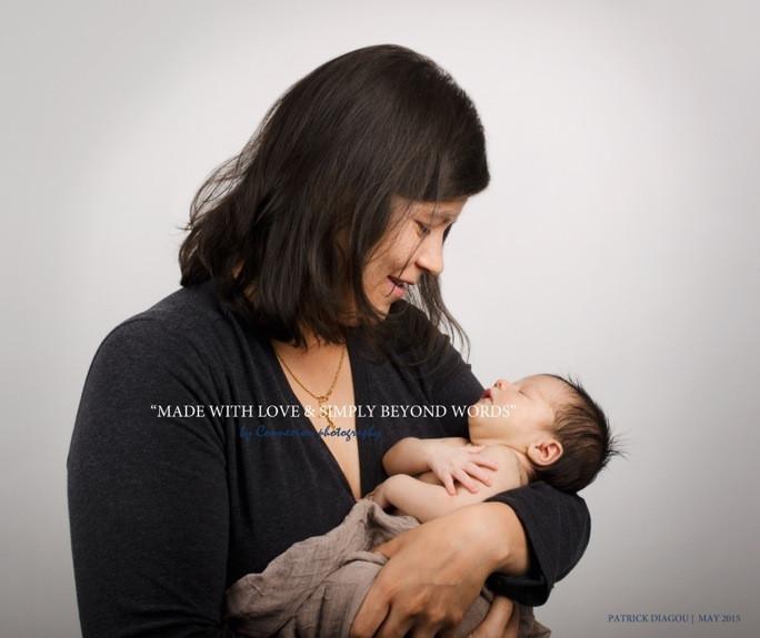 Maman blanche debout tient son bébé dans ses bras