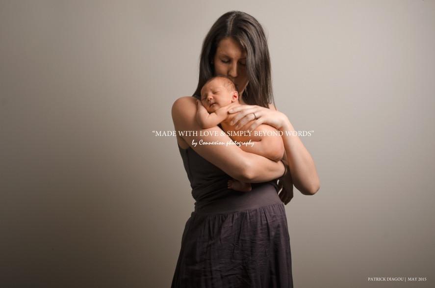 maman blanche et son bébé blanc nu dans ses bras cotre son épaule