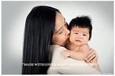 maman asiatique embrasse joue enfant