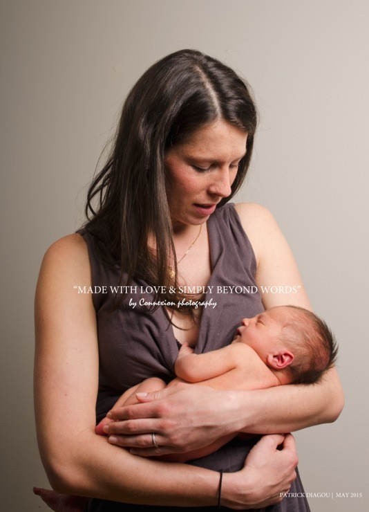 Maman blanche et son bébé blanc nu dans ses bras