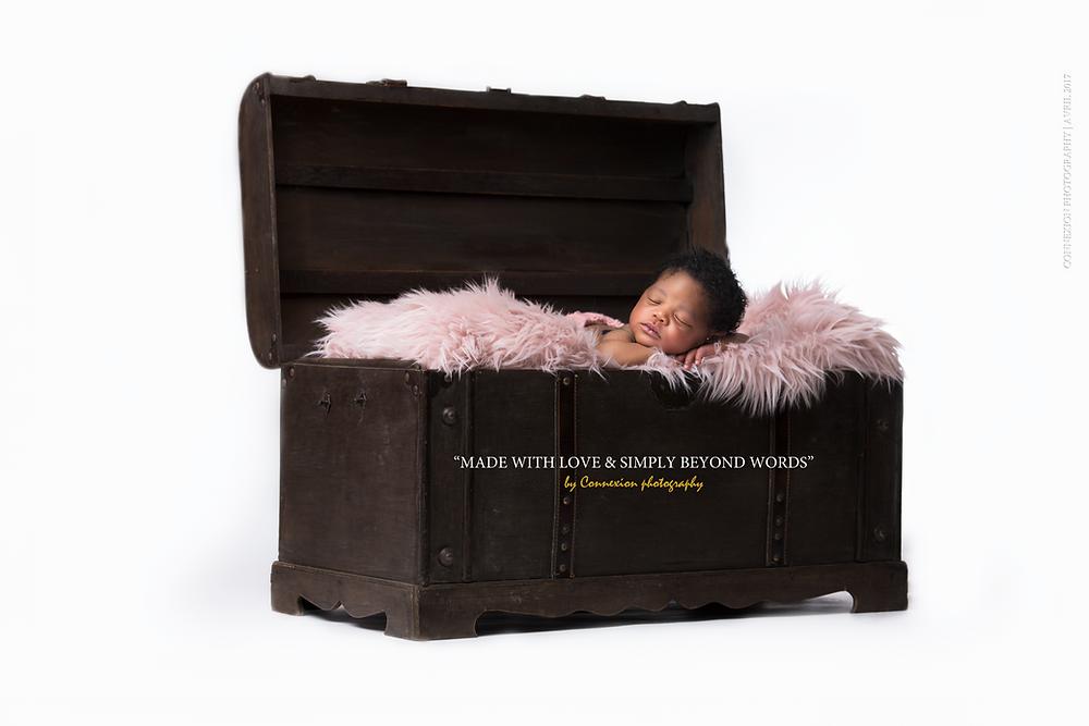 Bébé noir dormant dans une male couvert d'une fourrure