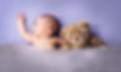 bébé blanc dort sur le dos avec peluche