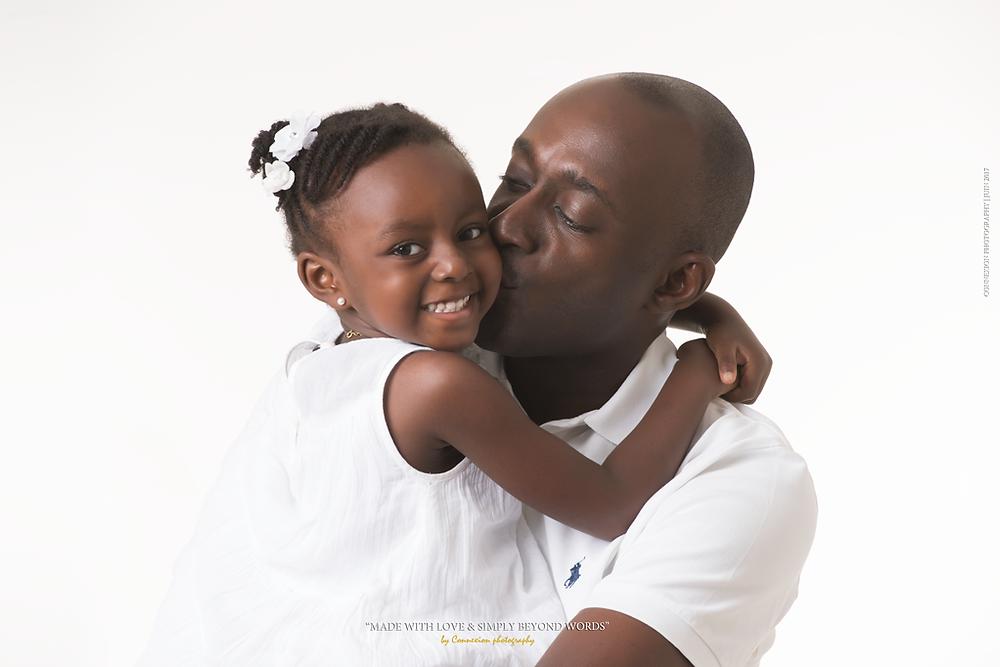 Papa fait un bisou a sa fille