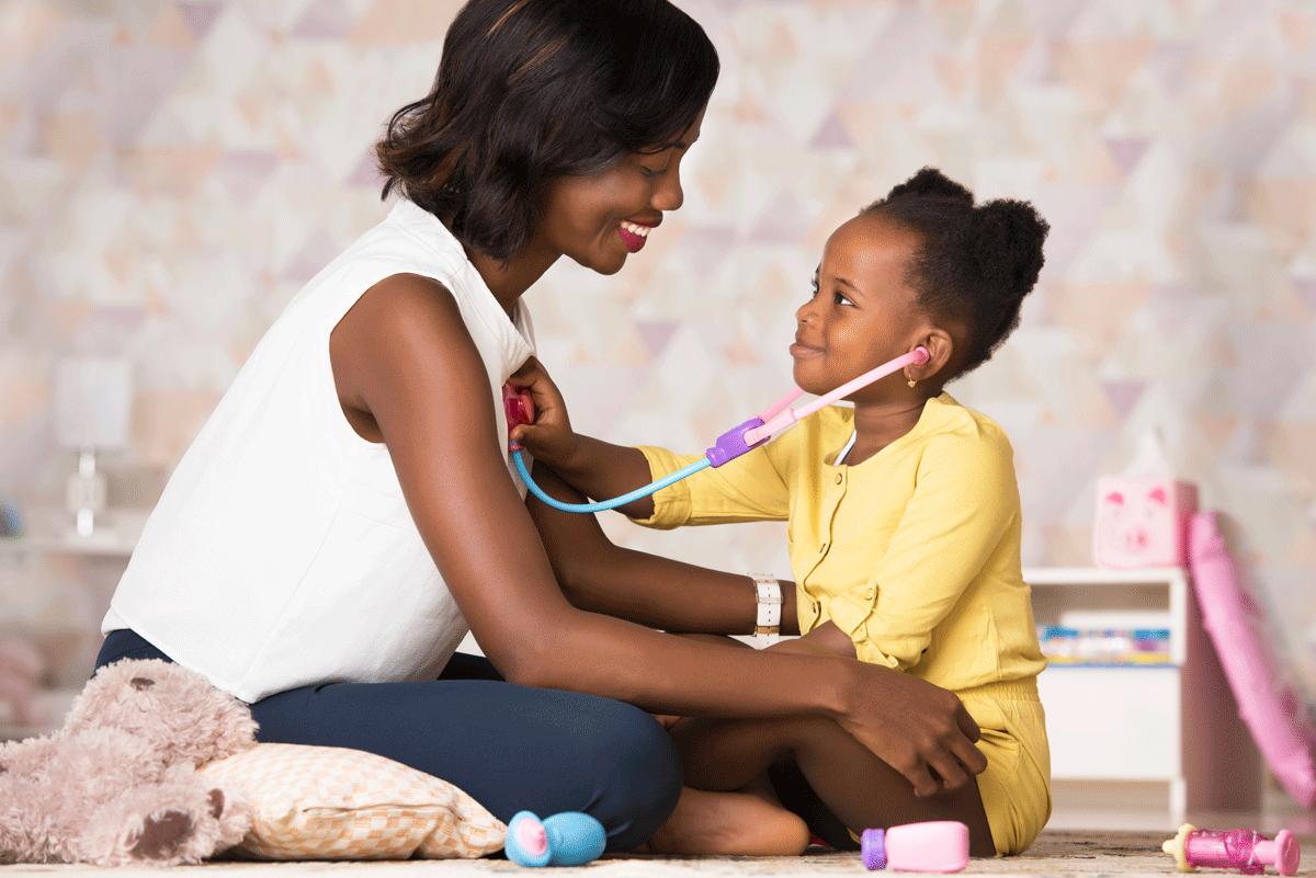 Jeune maman noir et sa fille jouent