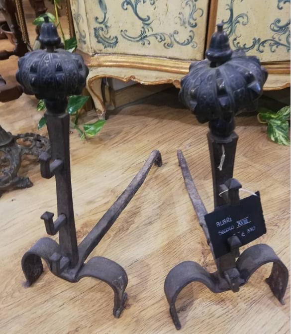 Coppia alari da camino in ferro battuto, secolo XVIII, €370. Tratt