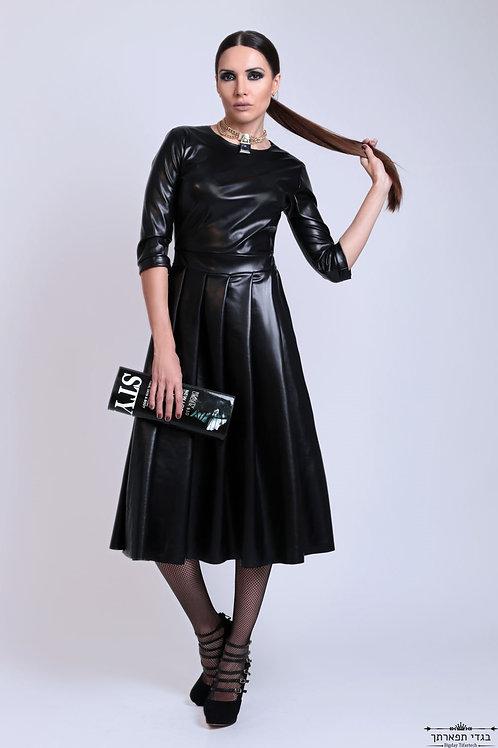 שמלת עור שחורה עם קיפלונים