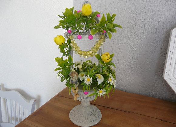 Une Fontaine avec un lutin et des fleurs