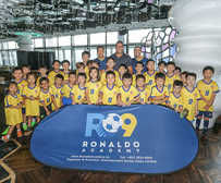 06-The phenomenal Ronaldo with a selection of students of his fast growing Ronaldo Academy in Hong Kong.jpg