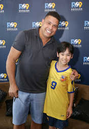 03-Ronaldo gets to know a young Academy student at the Ritz Carlton in Hong Kong.jpg