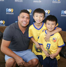 04-Ronaldo takes time during his trip to Hong Kong to meet some very excited Ronaldo Academy young footballers.jpg