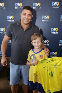02-Ronaldo demonstrates his affection for children meeting an Academy student in Hong Kong.jpg