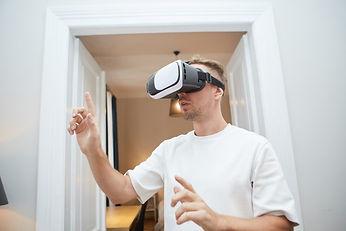 VRヘッドセットを着けた男性