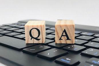 キーボードの上にあるQ&Aの文字が書かれた積み木