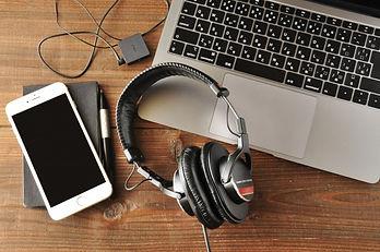 パソコンとスマホとヘッドフォン