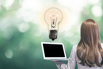 パソコンを持っている女性と電球