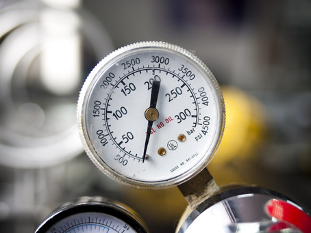 Why is there a bend between the pressure gauge and the pipe connection?