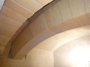 石窯の内部 耐火レンガでアーチが作られる