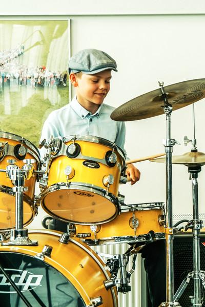 elev der spiller trommer