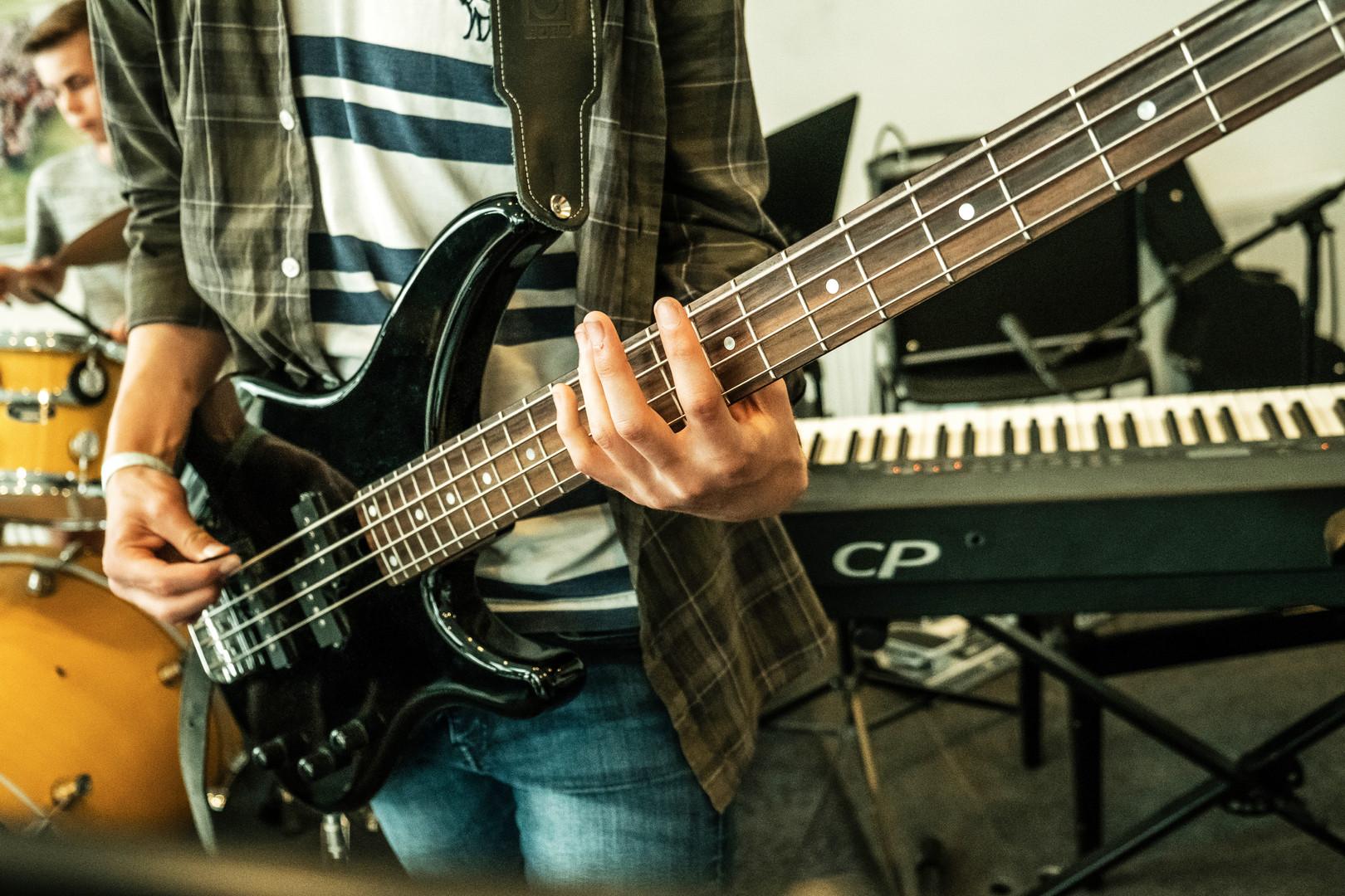 en elev spiller på bas