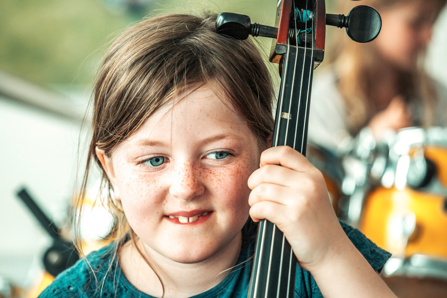 pige sidder med en cello