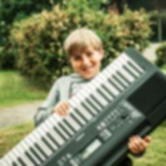 Dreng med keyboard