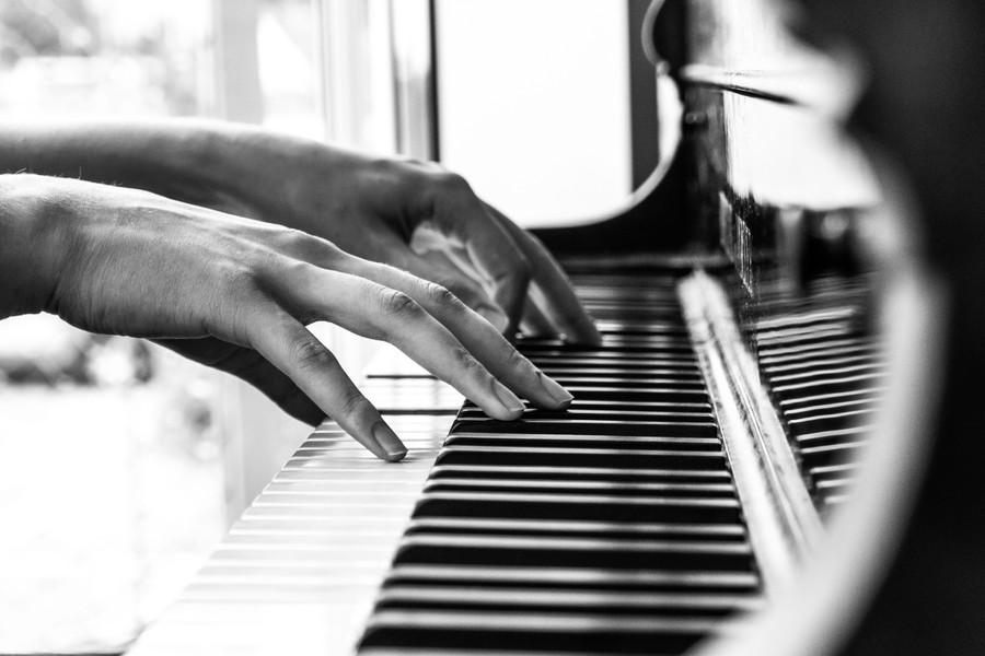 fingre der spiller på klaver