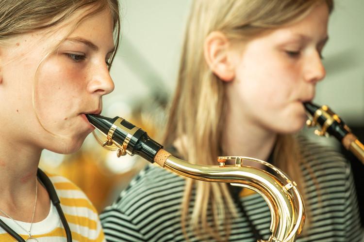 to piger spiller saxofon