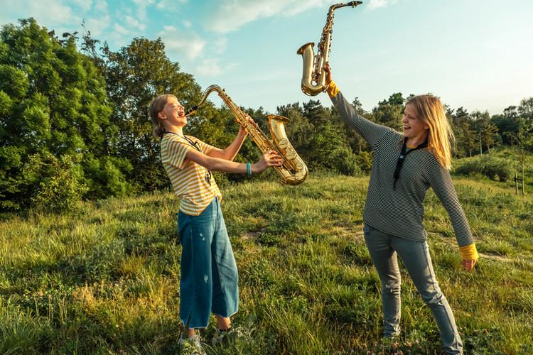 To piger med saxofoner i hånden