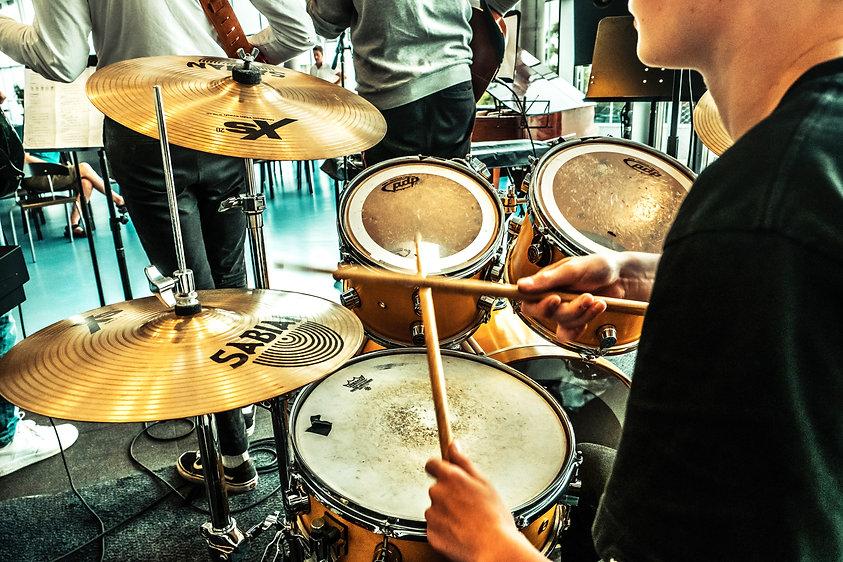 Dreng spiller trommer