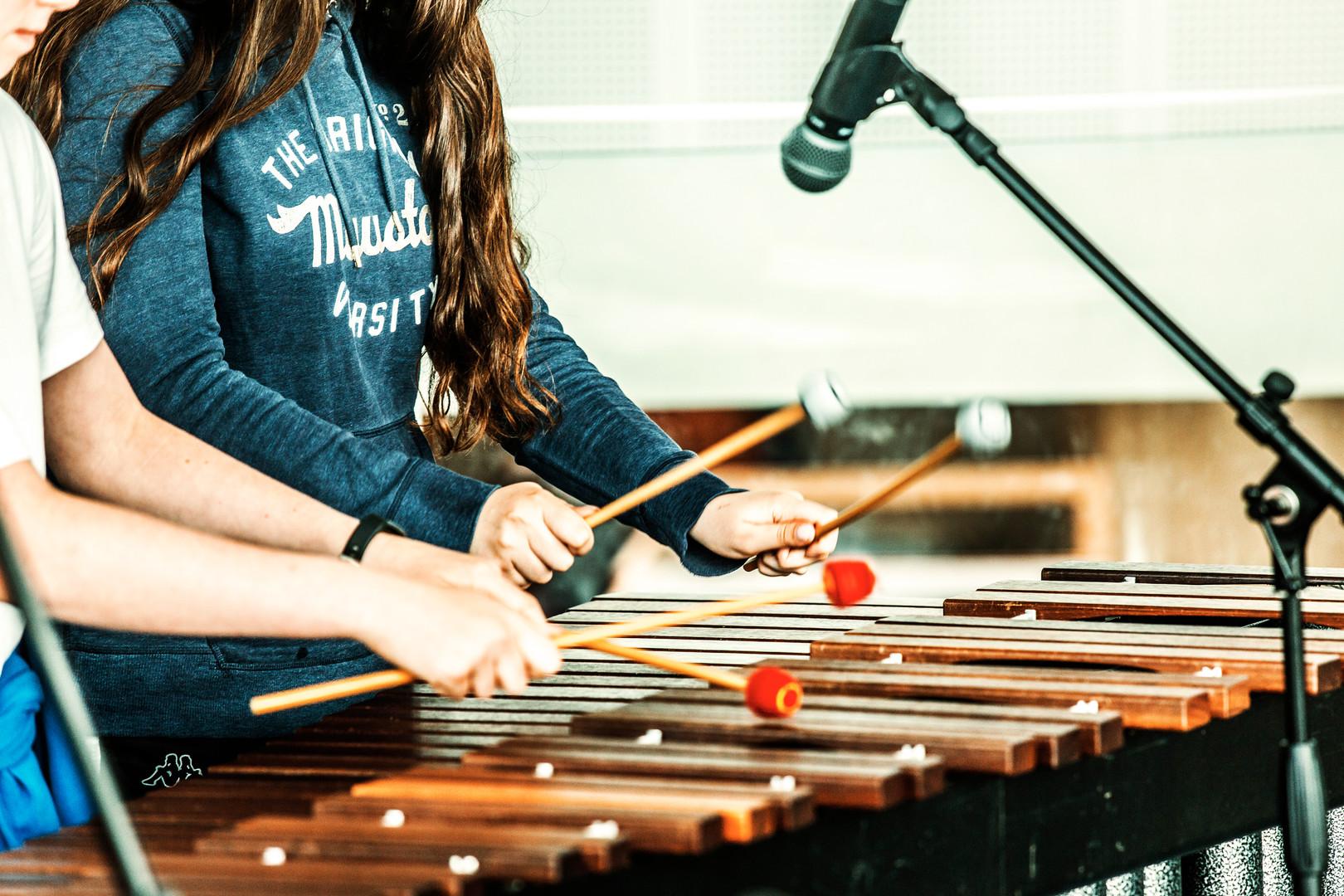 billede af to elever der spiller marimba