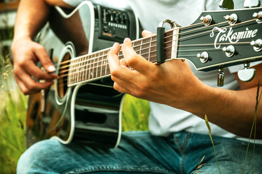 billede af elev der spiller guitar