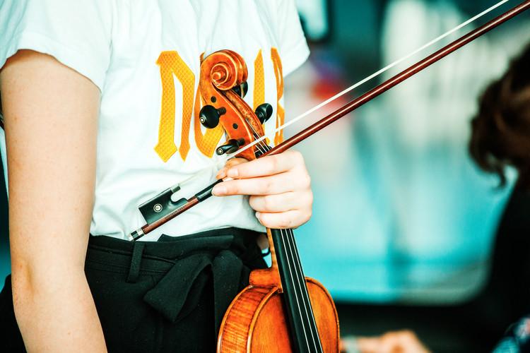 billede af elev der spiller violin