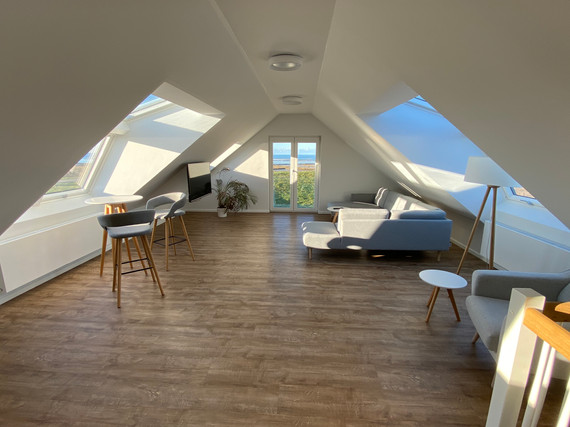 Wohnzimmer mit Leseecke und Stehtisch mit Meerblick