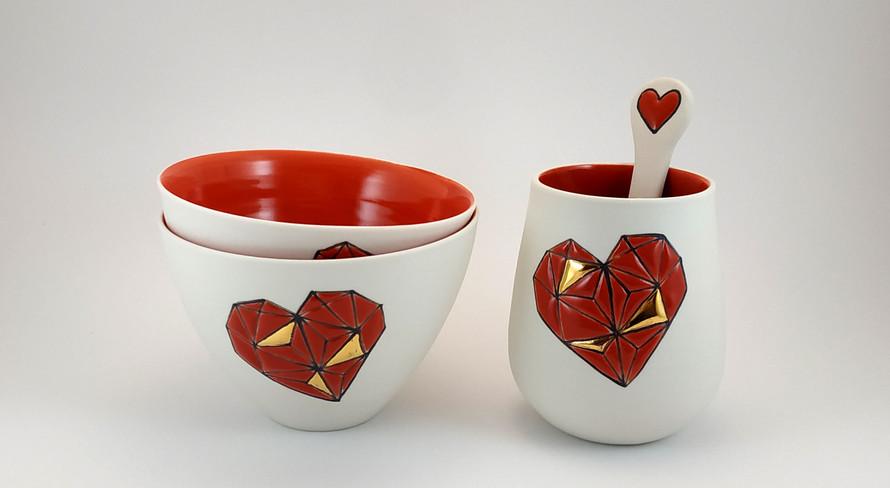 Bol, tasse et cuillère en porcelaine avec intérieur rouge brillant, décor extérieur coeur en mosaique, rouge et or