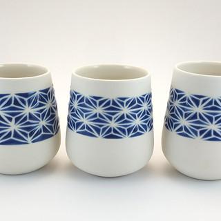 Tasse en porcelaine émail intérieur transparent brillant et décor extérieur bleu brillant en relief, motif asanoha bleu