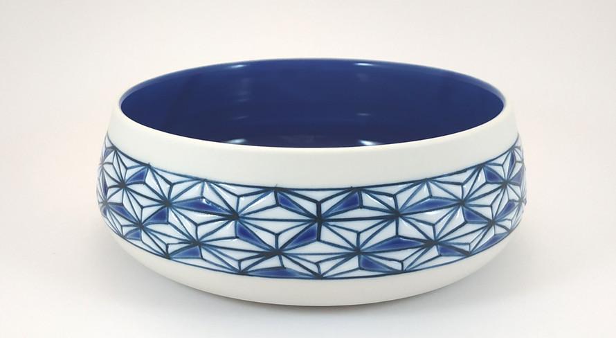 Ramequin en porcelaine bleu et blanc. Intérieur bleu brillant et décor extérieur motif Asanoha bleu et blanc