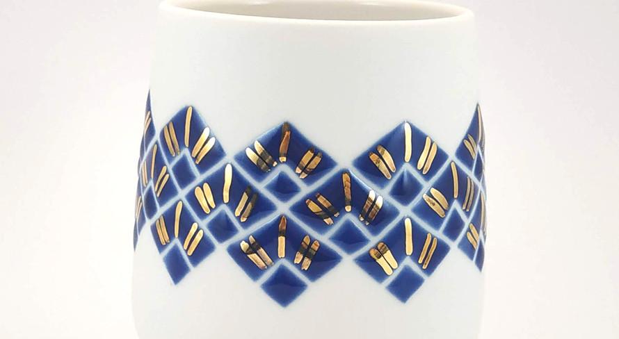 Gobelet en porcelaine avec un décor émaillé brillant. Intérieur transparent brillant. Décor bracelet art déco motif paon bleu cobalt et traits d'or.