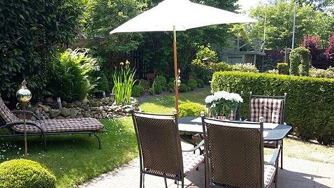 Garten-Terrasse-Stuehle-Ferienwohnung-am